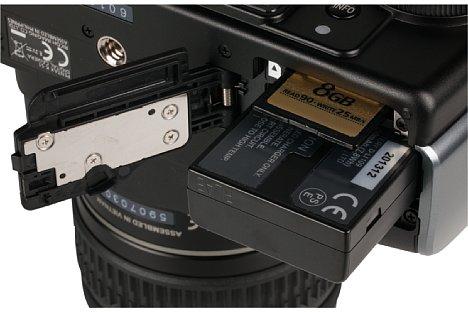 Bild Lithium-Ionen-Akku und SD-Speicherkarte werden bei der Pentax K-S1 an der Unterseite entnommen. Ein optionaler Akkudummy mit Netzkabel erlaubt eine externe Stromversorgung. [Foto: MediaNord]