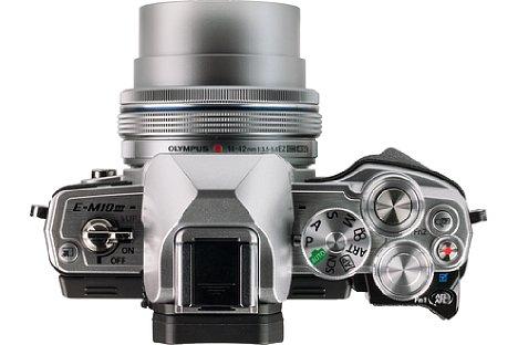 Bild Rechts des Suchers tummeln sich bei der Olympus OM-D E-M10 Mark III drei hochwertige Wahlräder aus Metall: Das Programmwählrad, ein Daumenrad und eines für den Zeigefinger mit integriertem Auslöser. [Foto: MediaNord]