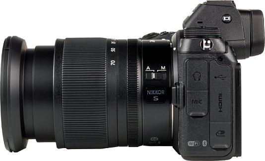 Bild Die Nikon Z 7 bietet zahlreiche Schnittstellen. So lassen sich ein Stereomikrofon sowie ein Kopfhörer anschließen, aber auch Mini-HDMI und das moderne USB-C zum Akkuladen sind verbaut. Eine Zubehörbuchse fehlt auch nicht. [Foto: MediaNord]