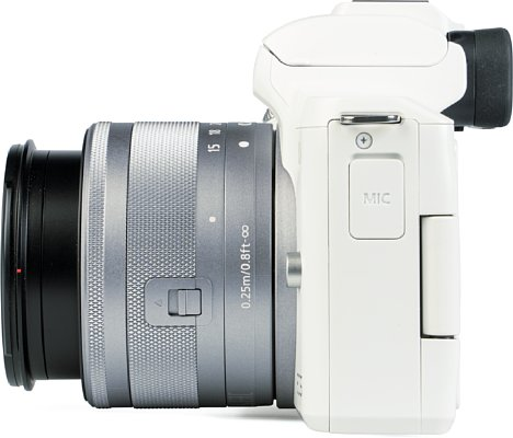 Bild Auf der linken Seite der EOS M50 Mark II ist der Mikrofonanschluss unter einer harten Plastikkappe verborgen. [Foto: MediaNord]