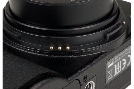 """Bild Unter dem sehr leichtgängigen Objektiv-Schutzring sind drei Kontakte verborgen. Mit diesen wird der Kamera """"mitgeteilt"""", ob der optionale Weitwinkelkonverter (21 mm KB) montiert ist. [Foto: MediaNord]"""