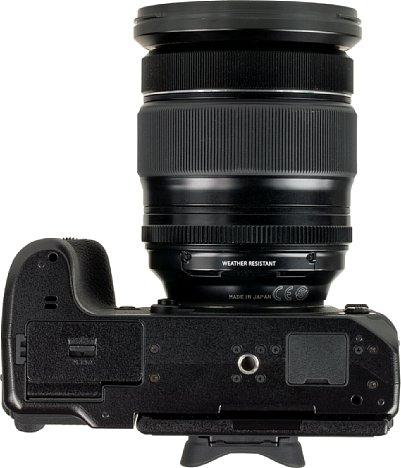 Bild Auf der Kameraunterseite sind das Stativgewinde und die Gummiabdeckung zu sehen, die die Anschlüsse für den Batteriehandgriff schützt. [Foto: MediaNord]