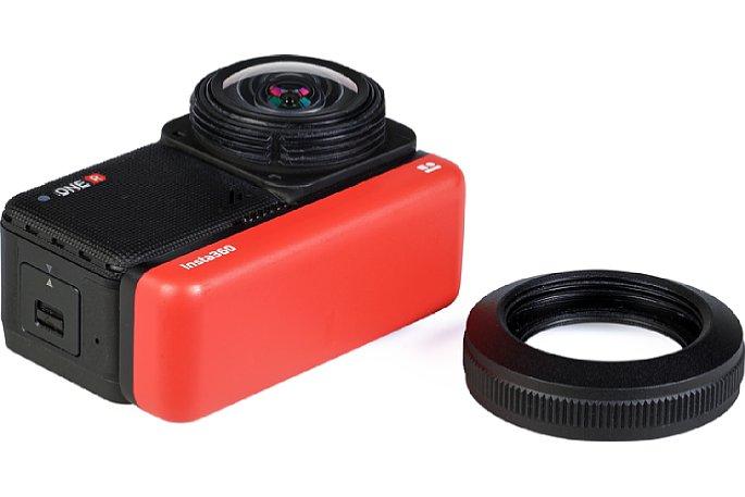 Bild Zum Einsetzen der Insta360 One R mit dem 1-Inch-Kameramodul in den Halterahmen muss der Linsenschutz abgeschraubt werden. Das ist schnell gemacht. In diesem Foto sieht man gut die eigentliche, extrem weitwinklige Frontlinse der Kamera. [Foto: MediaNord]