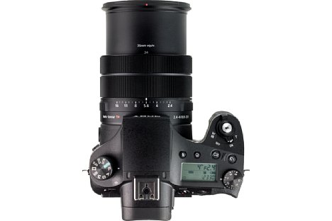 Bild Auf der Oberseite besitzt die Sony DSC-RX10 IV ein praktisches, beleuchtbares LC-Display. Bereits bei 24 mm entsprechend Kleinbild fährt der Objektivtubus deutlich heraus. [Foto: MediaNord]