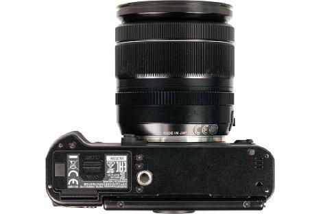 Bild Das Stativgewinde der Fujifilm X-T10 wurde der unglücklich platziert. Es sitzt nicht nur außerhalb der optischen Achse, sondern auch direkt neben dem Akku- und Speicherkartenfach. [Foto: MediaNord]