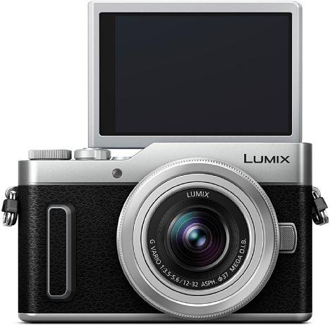 Bild Der Touchscreen der Panasonic Lumix DC-GX880 lässt sich um bis zu 180 Grad nach oben klappen, was bodennahe Aufnahmen sowie Selfies erleichtert. [Foto: Panasonic]