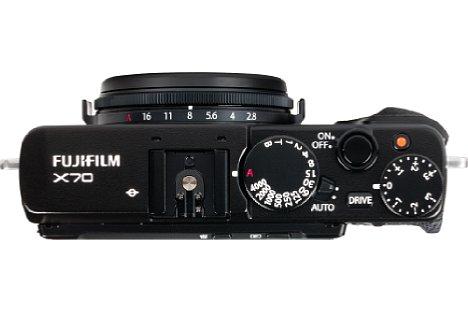 Bild Belichtungszeit und Belichtungskorrektur werden bei der Fujifilm X70 klassisch über Räder eingestellt. Auf Wunsch versetzt ein kleiner Hebel die Kamera in einem Vollautomatikmodus mit Motiverkennung. [Foto: MediaNord]