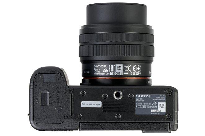 Bild Das Metallstativgewinde sitzt bei der Sony Alpha 7C in der optischen Achse, wenn auch sehr nahe am Bajonett. Mit normalen Stativwechselplatten kommt man sogar noch an das Akkufach. [Foto: MediaNord]