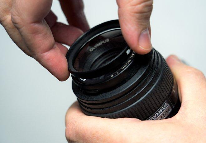 Bild Am leichten lässt sich ein Filter auf- und abschrauben, wenn er mit mehr als zwei Fingern gehalten wird. [Foto: MediaNord]