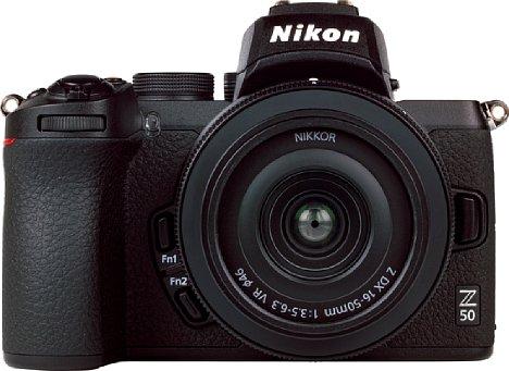 Bild Die Nikon Z 50 wirkt wie eine geschrumpfte Z 6 oder Z 7. Sie ist damit nicht gerade die kleinste APS-C-Systemkamera. Dennoch bleibt die abgebildete Kombination dank des leichten Z 16-50 mm 3,5-6,3 VR DX deutlich unter 600 Gramm. [Foto: MediaNord]