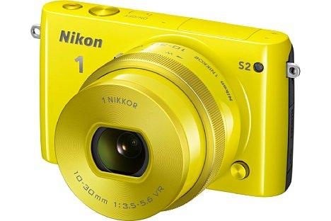 Bild Die Nikon 1 S2 (hier mit 1-Mount 10-30 mm Motorzoom-Objektiv) war auch in Gelb erhältlich. Die Nikon 1 S2 war nur rund ein Jahr auf dem Markt. Einen Nachfolger in der S-Reihe gab es nicht. [Foto: Nikon]