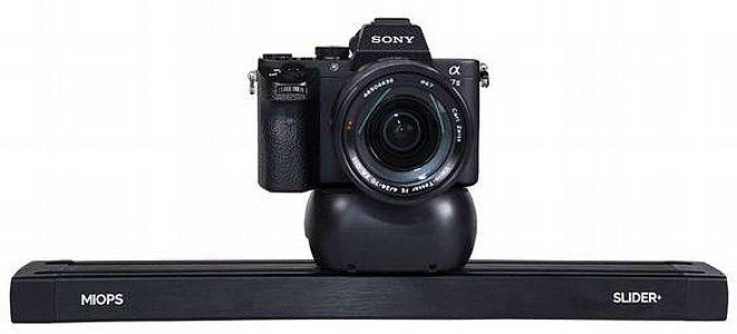 Bild Die Kamera wird einfach per Stativschraube auf dem Miops Slider+ befestigt. [Foto: MIOPS]