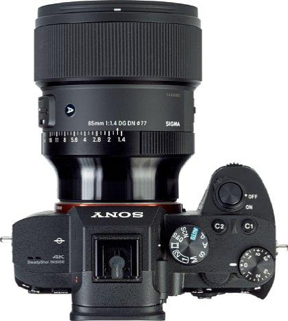 Bild In der Draufsicht ist der breite, gummierte Fokusring des Sigma 85 mm F1.4 DG DN Art gut erkennbar. [Foto: MediaNord]