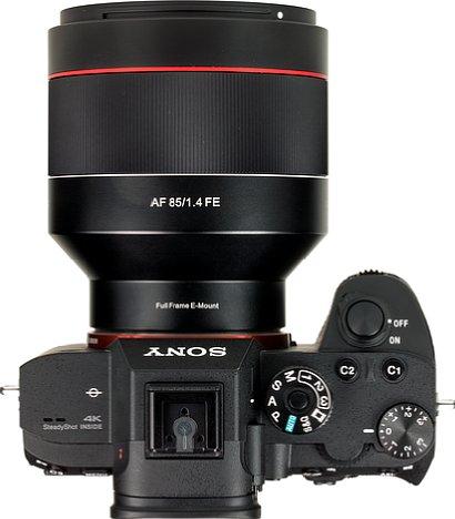 Bild Der Platz für die Finger zwischen dem Handgriff der Sony Alpha 7R III und dem Samyang AF 85 mm F1.4 FE ist gerade noch ausreichend. [Foto: MediaNord]