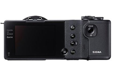 Bild Die Sigma dp2 Quattro besitzt einen 7,5-cm-Bildschirm, auf Sucher und Blitz muss der Käufer verzichten. Ein Blitz lässt sich jedoch aufstecken, auch einen Sucher, zumindest einen optischen, gibt es optional. [Foto: Sigma]