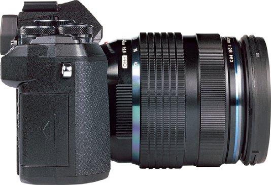 Bild Trotz des recht kleinen Handgriffs liegt die Olympus OM-D E-M5 Mark III erstaunlich gut in der Hand, eignet sich aber am besten für kleine, leichte Objektive, die dann auch am besten zur kompakten, leichten Kamera passen. [Foto: MediaNord]