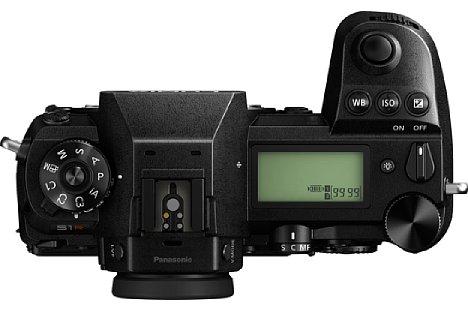 Bild Auf der Oberseite besitzen die Panasonic Lumix DC-S1R und S1 ein großes, informatives LC-Display. [Foto: Panasonic]