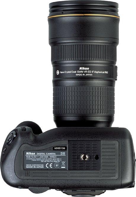 """Bild Das Stativgewinde der Nikon D6 liegt selbstverständlich in der optischen Achse und bietet sogar eine Aufnahme für den """"Videopin"""", der eine exakte Ausrichtung der Kamera auf entsprechenden Wechselplatten erlaubt. [Foto: MediaNord]"""
