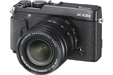 Bild Mit der X-E2S entwickelt Fujifilm die X-E2 moderat weiter. So gibt es etwa einen verbesserten Griff und eine Auto-Modus-Taste. [Foto: Fujifilm]