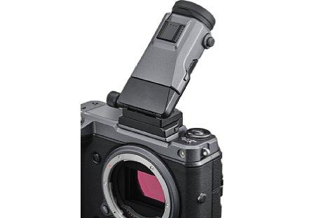 Bild Aber auch nach oben lässt sich der Sucher der Fujifilm GFX100 mit Hilfe des Adapters EVF-TL1 klappen. [Foto: Fujifilm]