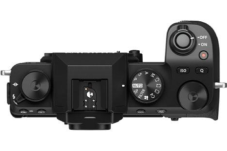 """Bild In der Draufsicht der Fujifilm S-X10 wird dann deutlich, dass die """"Grifffreundlichkeit"""" verbessert wurde. [Foto: Fujifilm]"""