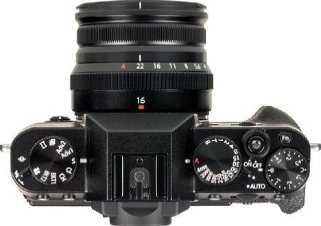 Bild Trotz der kompakten Abmessungen verfügt das Fujifilm Fujinon XF 16 mm F2.8 R WR sowohl über einen Fokus- als auch einen Blendenring. [Foto: MediaNord]