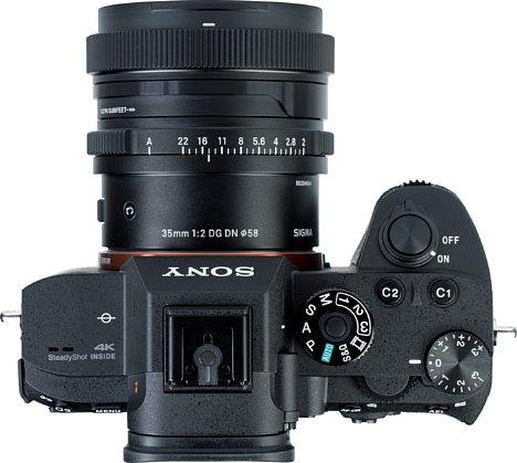 Bild Das Sigma 35 mm F2 DG DN Contemporarypasstnicht nur vom Bajonett zur Kamera, sondern auch von seinen Proportionen. [Foto: MediaNord]