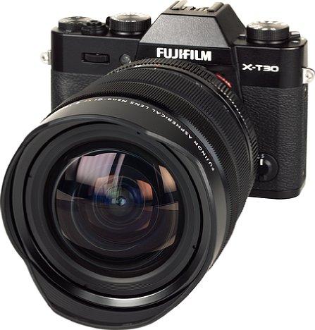 Bild Für ein spiegelloses Ultraweitwinkelzoom fällt das Fujifilm XF 8-16 mm F2.8 R LM WR ausgesprochen wuchtig aus. Besonders deutlich wird das an der sehr kompakten Fujifilm X-T30. [Foto: MediaNord]