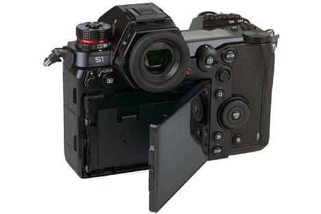 Bild Der Monitor der Panasonic Lumix DC-S1 lässt sich nach Entriegelung auch seitlich nach rechts schwenken. [Foto: Medianord]