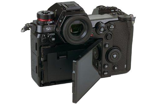 Bild Der Monitor der Panasonic Lumix DC-S1R lässt sich nach Entriegelung auch seitlich nach rechts schwenken. [Foto: Medianord]