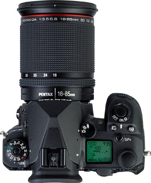 Bild Neben zahlreichen Bedienelementen findet auf der Oberseite der Pentax K-3 Mark III auch ein beleuchtetes Status-LCD Platz. [Foto: MediaNord]