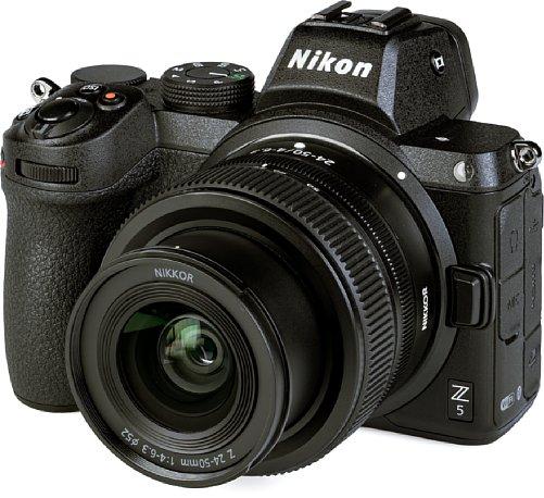 Bild Besonders zusammen mit dem Z 24-50 mm F4-6,3 ist die Nikon Z 5 eine sehr kompakte Kleinbildkamera. Das hier ausgefahren zu sehende Objektiv lässt sich zum Transport einfahren, was zwei Zentimeter Platz einspart. [Foto: MediaNord]