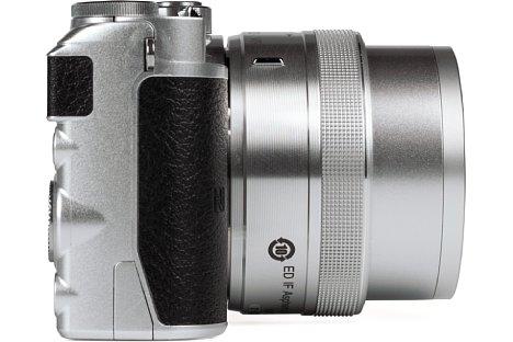 Bild Die Nikon 1 J5 besitzt eine kleine Griffwulst und eine Daumenauflage. Beides ist mit einem griffigen Gummi beledert, so dass die J5 trotz der kleinen Abmaße ganz gut in der Hand liegt. [Foto: MediaNord]