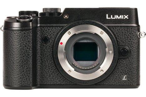 Bild Der silberne Bajonettring der Panasonic Lumix DMC-GX8 wird von einem breiten schwarzen Ring umgeben. Dadurch wirken kleine Objektive an der GX8 fipsig, zu voluminösen Objektiven passt das aber gut. [Foto: MediaNord]
