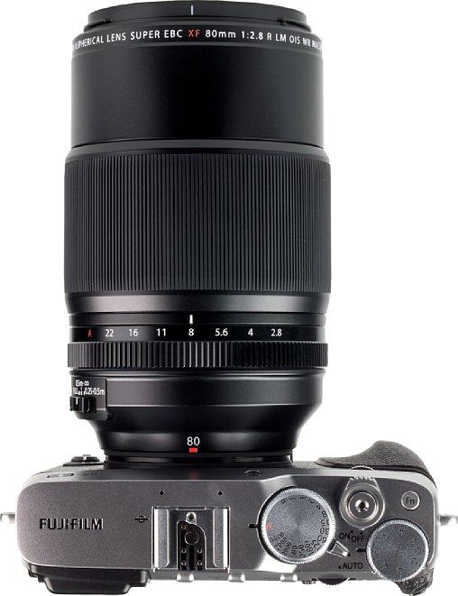 Bild Für ein 80mm-Makroobjektiv fällt das Fujifilm XF 80 mm F2.8 R LM OIS WR Macro ausgesprochen groß und schwer aus. Das macht sich besonders an einer Kamera wie der kleinen X-E3 bemerkbar. [Foto: MediaNord]
