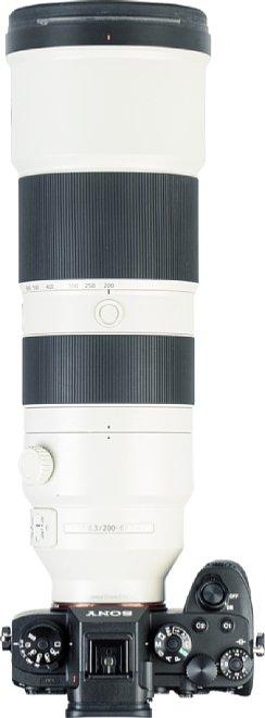 Bild Das Sony FE 200-600 mm F5.6-6.3 G OSS (SEL200600G) besitzt nicht nur einen Innenfokus, sondern auch ein Innenzoom. Dank heller Farbe wärmt es sich in der Sonne weniger auf. [Foto: MediaNord]
