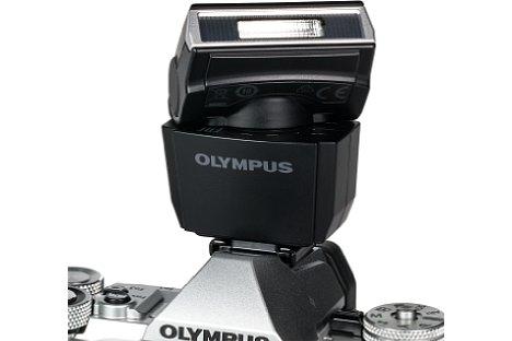 Bild Besonders pfiffig: Der kleine mitgelieferte Blitz der Olympus OM-D E-M5 Mark II besitzt einen Dreh- und Schwenkreflektor. [Foto: MediaNord]