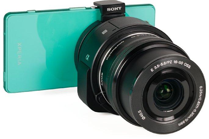 Bild Am Sony Xperia Z3 Compact wirkt die QX1 selbst mit dem kompakten 16-50mm-Zoom überdimensioniert. [Foto: MediaNord]