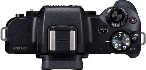 Bild Ein/Ausschalter, Programmwählrad und Funktionsrad liegen bei der Canon EOS M50 sehr griffgünstig. Auch einen Pop-Up-Blitz und einen TTL-Systemblitzschuh hat sie zu bieten. [Foto: Canon]