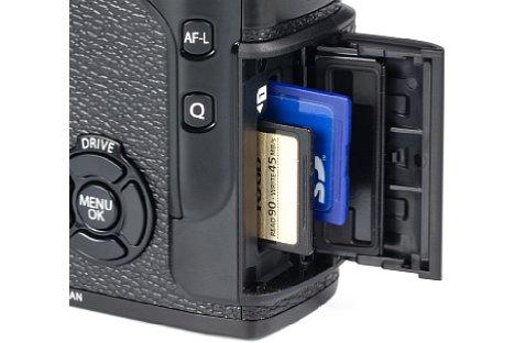 Bild Nur Schacht 1 des Doppelkartenslots der Fujifilm X-Pro2 unterstützt den schnellen UHS-II-Standard und erreicht in der Praxis Schreibraten jenseits der 100 MB/s. [Foto: MediaNord]