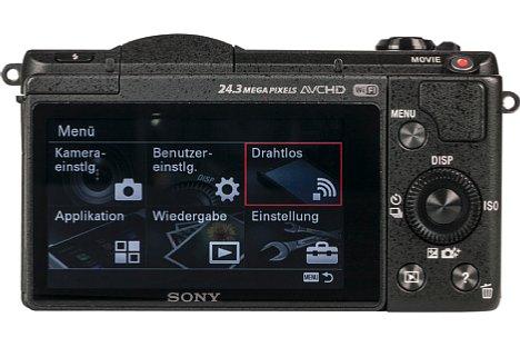 Bild Der große 16:9-Touchscreen der Sony Alpha 5100 lässt sich um bis zu 180 Grad nach oben klappen, was Selbstportraits erleichtert. [Foto: MediaNord]