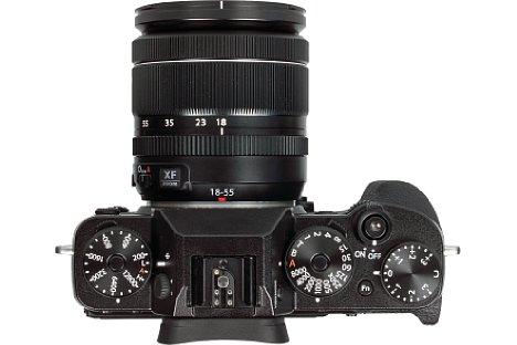 Bild Die wichtigsten Bedienelemente sitzen bei der Fujifilm X-T2 auf der Oberseite. Über Drehräder und Hebel werden ISO-Empfindlichkeit, Belichtungszeit, Belichtungskorrektur, Aufnahmemodus und Belichtungsmessung gesteuert. [Foto: MediaNord]
