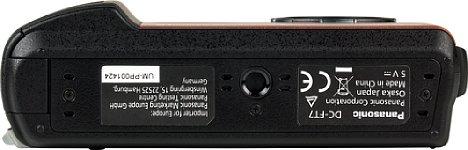 Bild Das Stativgewinde der Panasonic Lumix DC-FT7 befindet sich zwar in der Mitte der Kamera, jedoch nicht in der optischen Achse des Objektivs. [Foto: MediaNord]