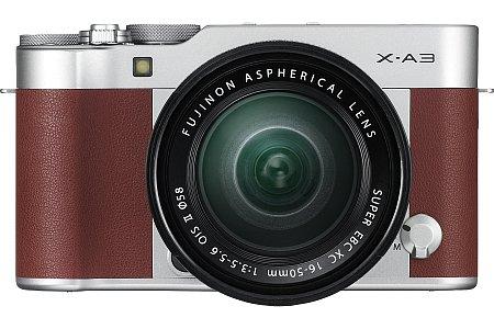 Bild Wer die silberne Variante der Fujifilm X-A3 nicht anspricht, die eigentlich Silber-Schwarz ist, kann auch zur braunen Kamera greifen. Technisch ist sie identisch, beispielsweise mit dem 24 Megapixel auflösenden APS-C-Sensor. [Foto: Fujifilm]