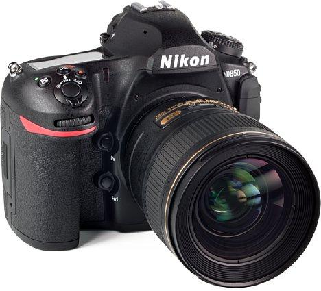 Bild An der großen Vollformatkamera Nikon D850 wirkt das AF-S 28 mm 1:1.4E ED gar nicht mehr so überdimensioniert. Die Kombination ist gut ausbalanciert und ergonomisch. [Foto: MediaNord]