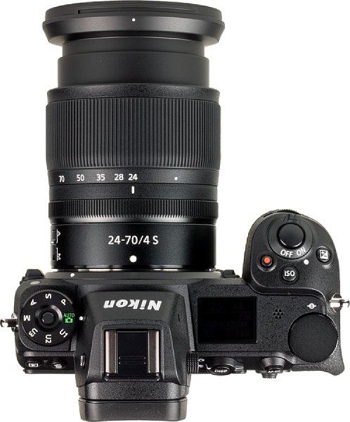 Bild Die Nikon Z 7 bietet einen sehr gut ausgeformten und damit ergonomischen Handgriff. Praktisch ist auch das Schulterdisplay, das über die wichtigsten Aufnahmeparameter informiert. [Foto: MediaNord]