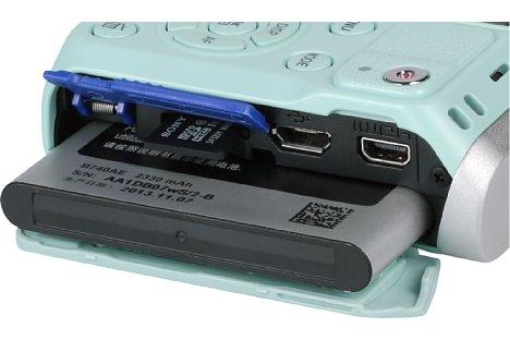 Bild Der üppige Akku der Samsung NX mini reicht für 360 Aufnahmen, es ist derselbe wie im Galaxy S4. Die Micro-SD-Speicherkarte hingegen ist sehr fummelig. [Foto: MediaNord]