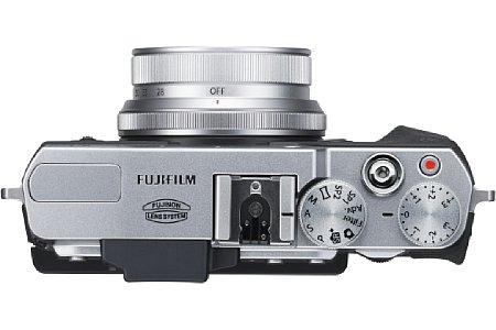 Bild Eingebauter Blitz und Blitzschuh sind der Fujifilm X30 erhalten geblieben. Neu ist ein hinter dem manuellen Zoom gelegener elektronischer Steuerring. [Foto: Fujifilm]