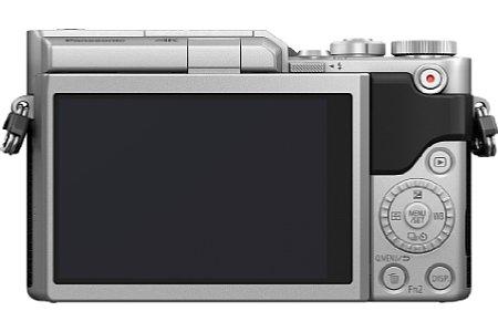 Bild Der um 180 Grad nach oben klappbare 7,5-cm-Touchscreen der Panasonic Lumix DC-GX800 ermöglicht Selfie-Aufnahmen. [Foto: Panasonic]