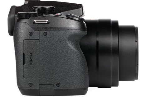 Bild Neben dem Micro-HDMI-Anschluss verbergen sich hinter der Schnittstellenklappe auf der Handgriffseite der Panasonic Lumix DMC-FZ300 auch der USB-Anschluss sowie die Fernauslösebuchse. [Foto: MediaNord]